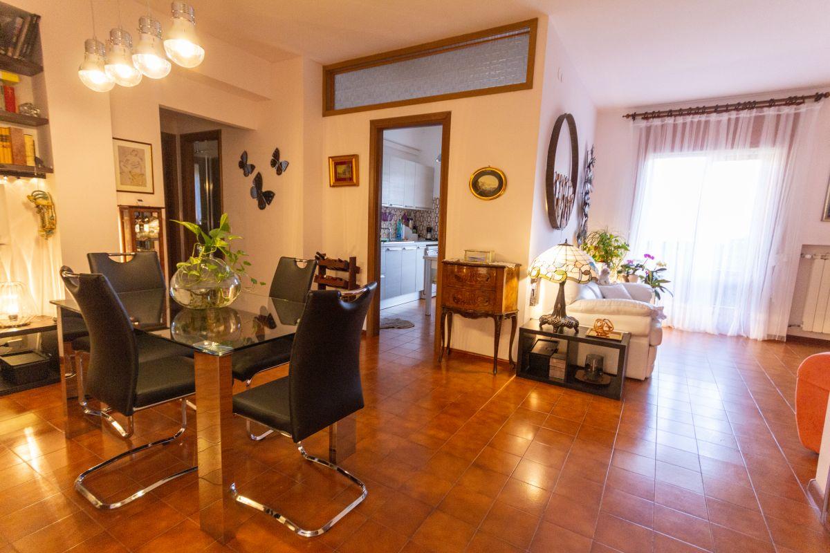ROZZOL/ADIACENZE VIA REVOLTELLA| Appartamento molto luminoso con doppia esposizione, vista aperta sul verde e posto auto