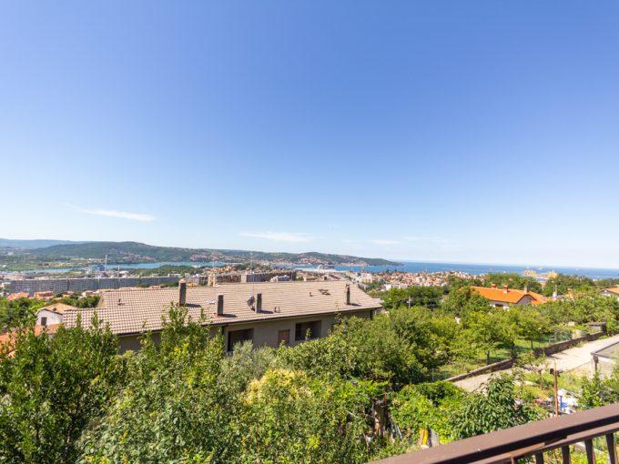 ZONA RAUTE   Appartamento in casa bifamiliare, con ingresso autonomo, terrazzo con vista panoramica, giardino privato con posto auto coperto