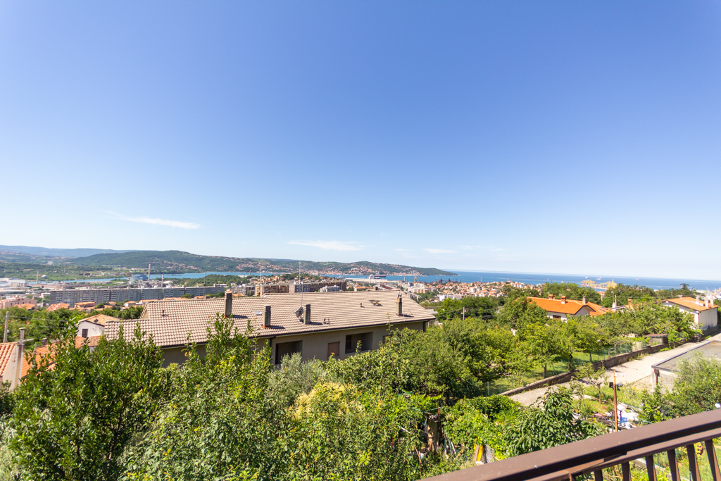 ZONA RAUTE | Appartamento in casa bifamiliare, con ingresso autonomo, terrazzo con vista panoramica, giardino privato con posto auto coperto