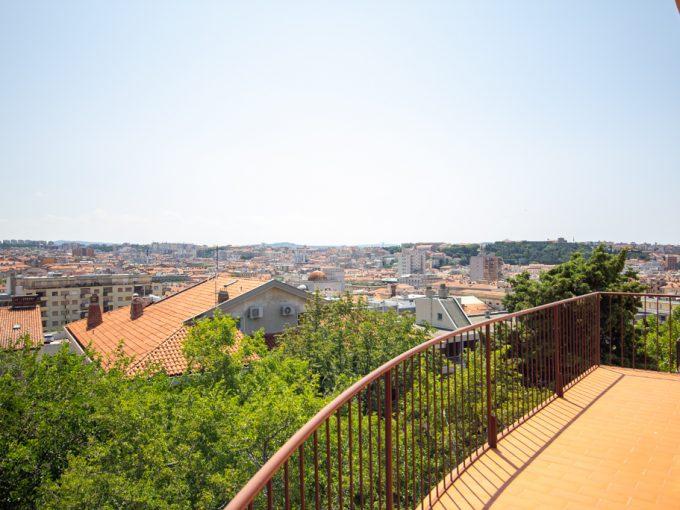 ZONA SCORCOLA | Attico panoramico, disposto su due livelli, con posti auto