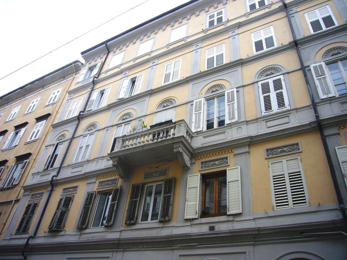 ZONA GIARDINO PUBBLICO | Affitto stanza ammobiliata con contratto annuale SOLO per studentesse residenti in Fvg (STANZA 5)