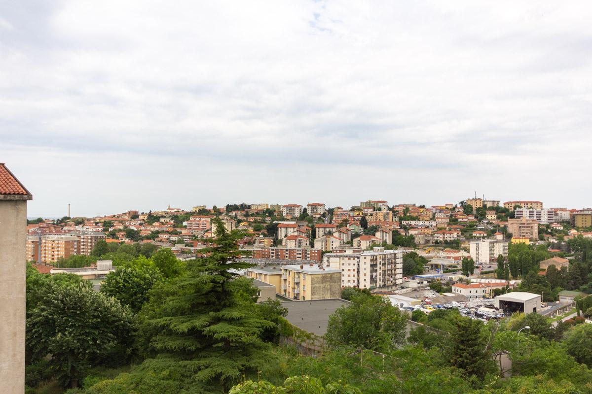 FARINELLI | Appartamento luminoso con vista aperta sulla città, con cantina