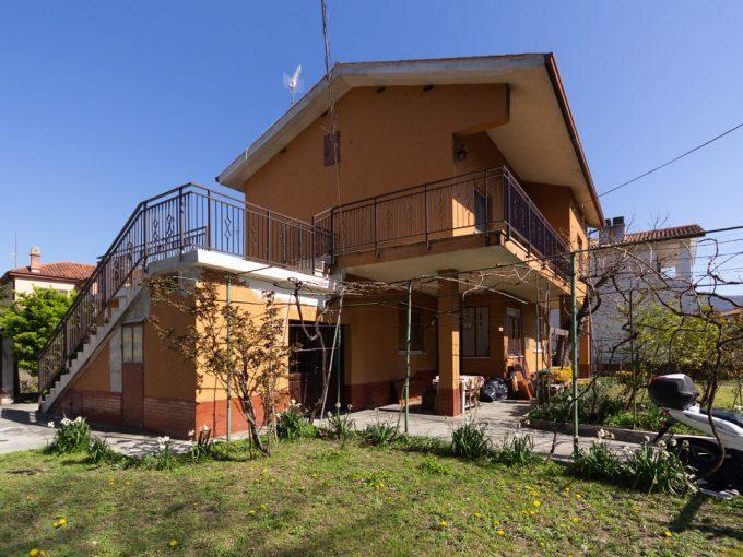 DOMIO   Casetta indipendente, disposta su due livelli, composta da due alloggi autonomi, giardino e area parcheggio