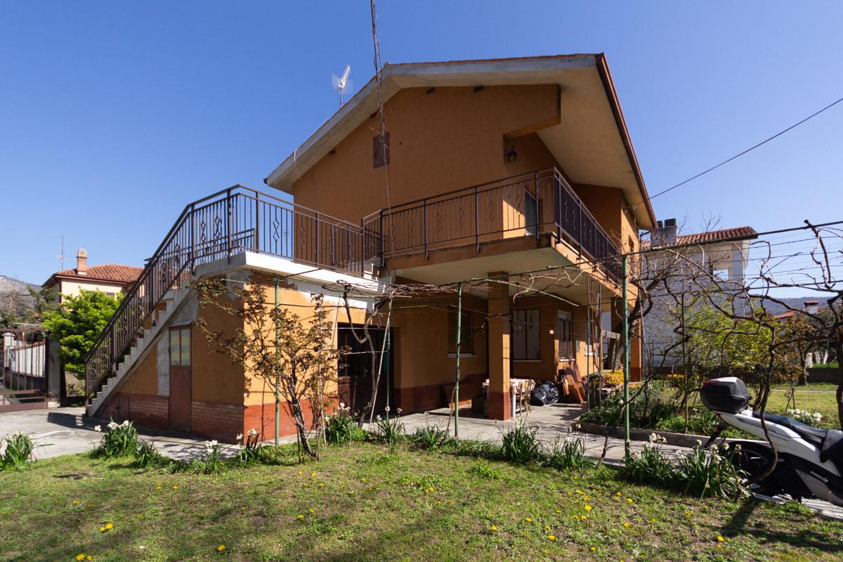 DOMIO | Casetta indipendente, disposta su due livelli, composta da due alloggi autonomi, giardino e area parcheggio