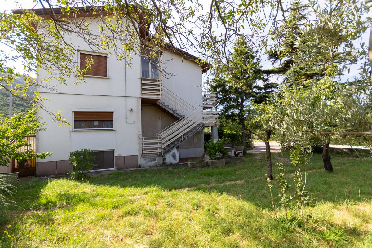 BAGNOLI   Porzione di casa bifamiliare con ingresso indipendente e giardino privato con accesso auto